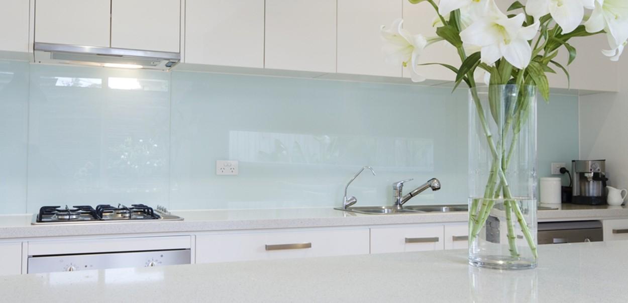 jednofarebna-zastena-sklo-kuchyna.jpg